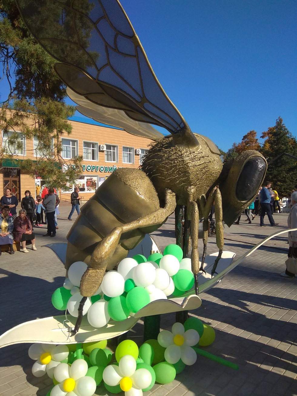 Пам'ятник бджолі у Маневичах