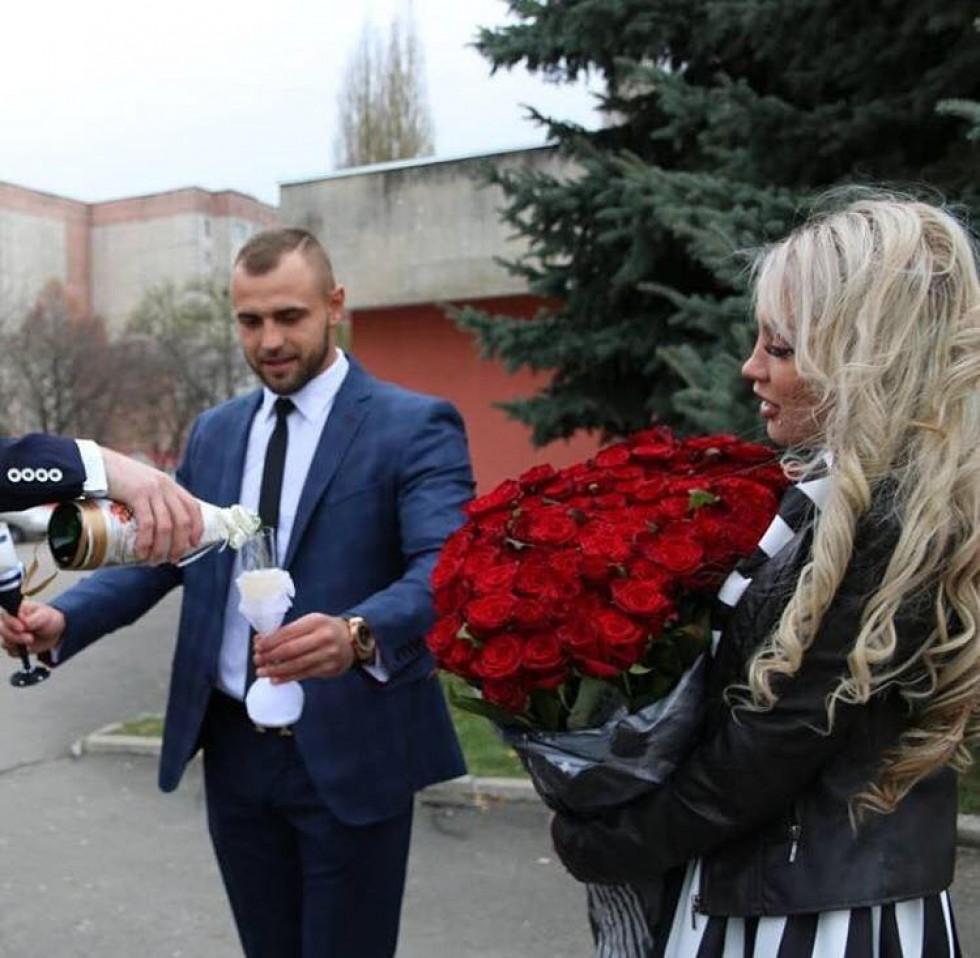 Власниця відомої студії татуажу Юліана Дружиніна привітала свого чоловіка з річницею весілля в Інстаграм.