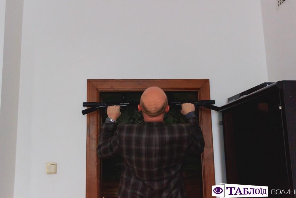 Іван Шевчук демонструє, як займається спортом у кабінеті