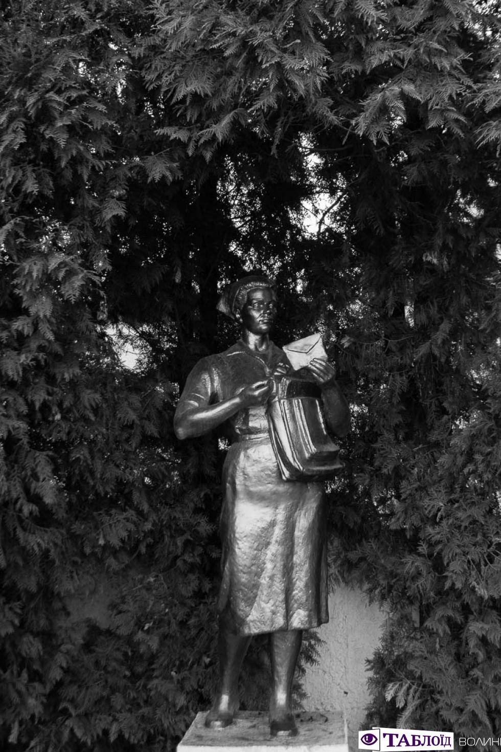 Єдиний в Україні пам'ятник листоноші-жінці