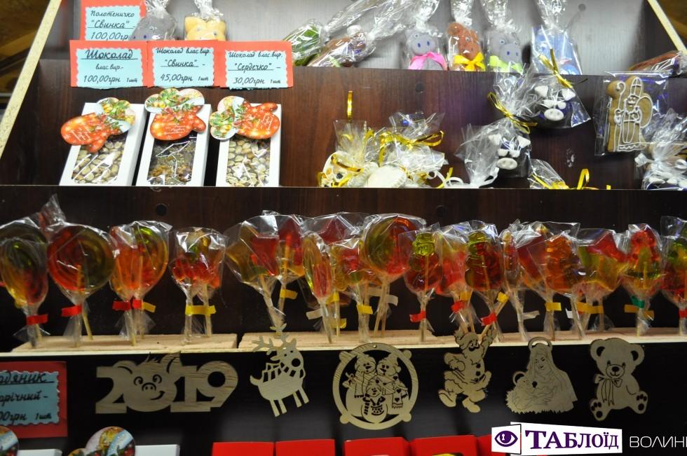 Які різдвяні смаколики можна купити біля луцьких ялинок. ФОТО
