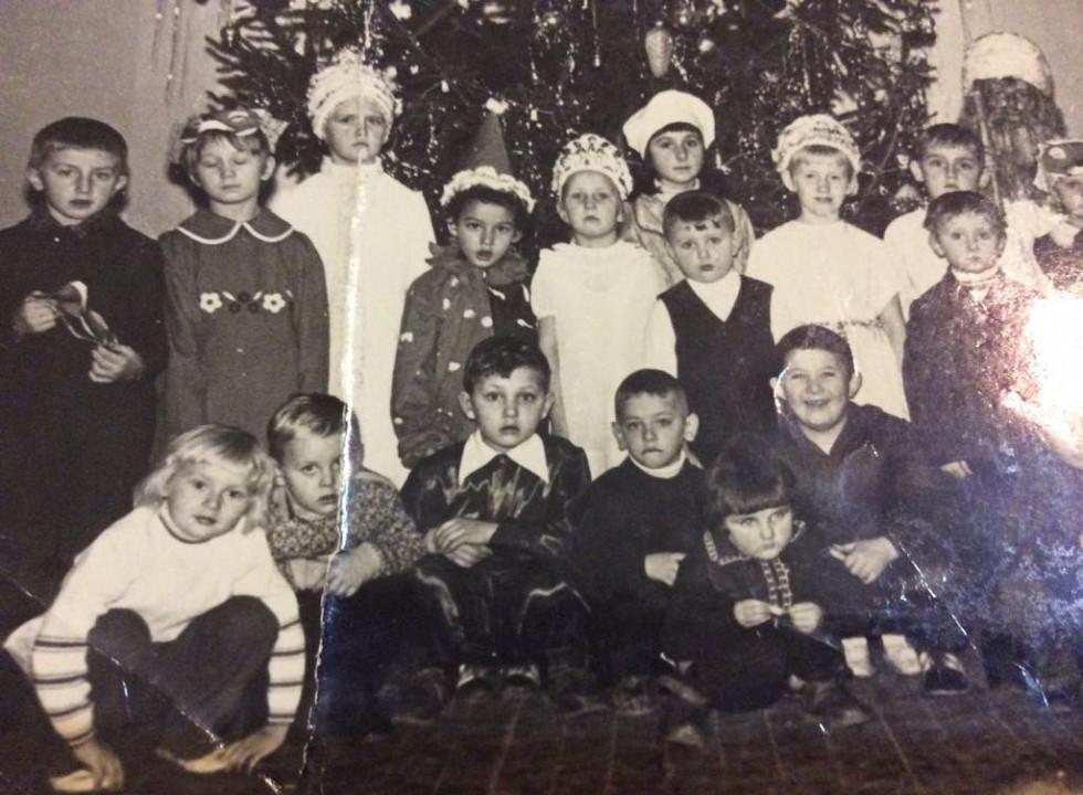 Новорічний ранок у клубі с. Жашковичі, Іваничівського району. Антоніна - у нижньому лівому куті. 1977 рік