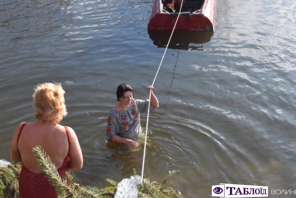 Богослужіння у соборі Святої Трійці та купання у річці Стир