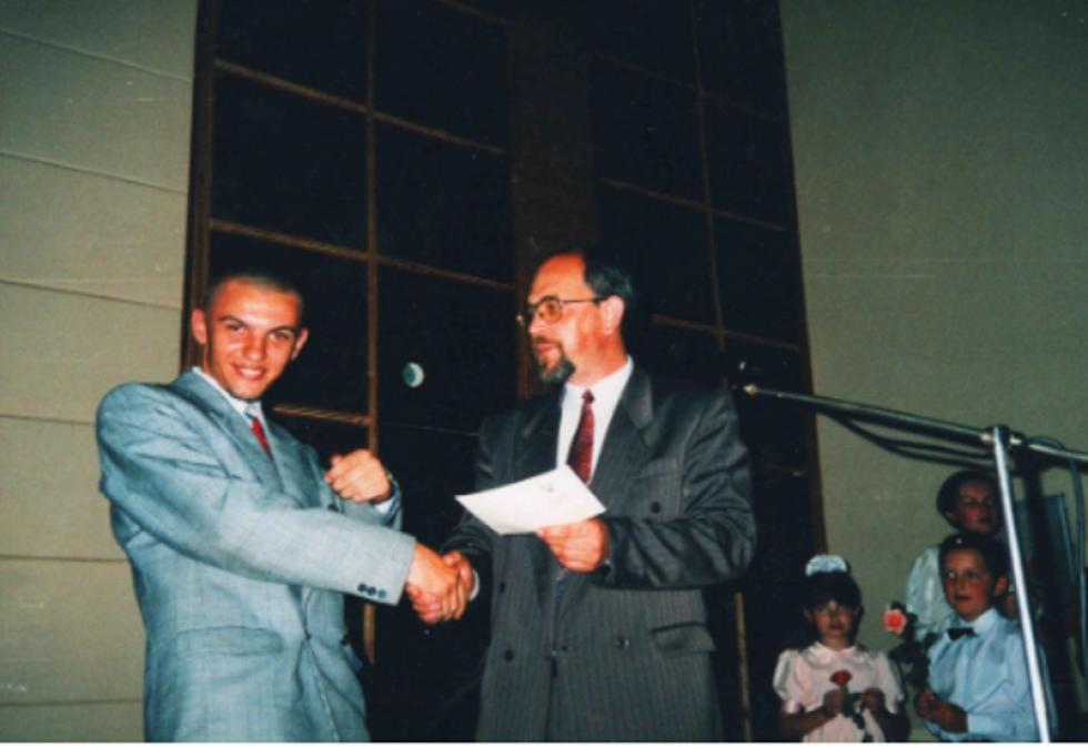 Ігор Гузь на сцені актового залу школи № 19