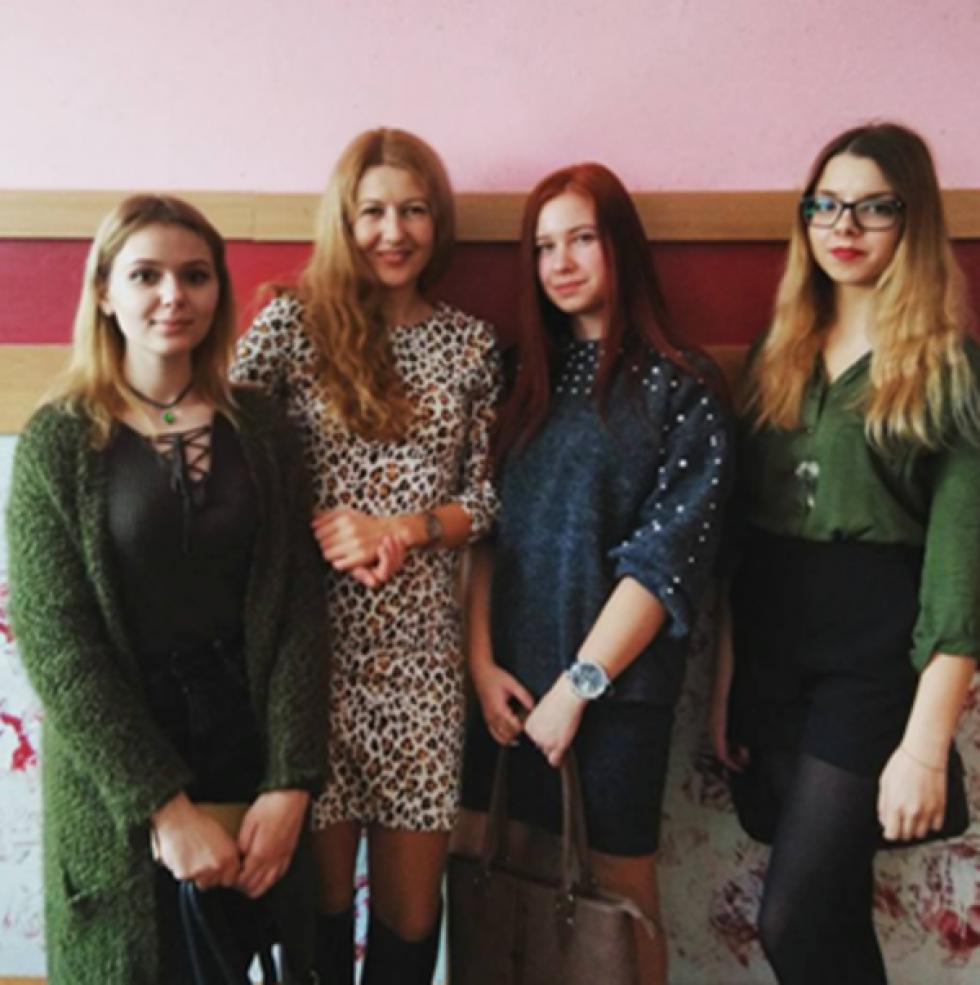 Олена Пашук із своїми студійцями після захисту наукових робіт у ВО МАН