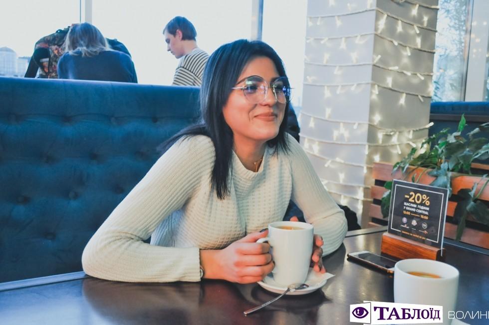Катерина Гулюк – 18-річна лучанка, студентка, солістка гурту «Шанс Music» і учасниця 9 сезону шоу «Голос Країни».