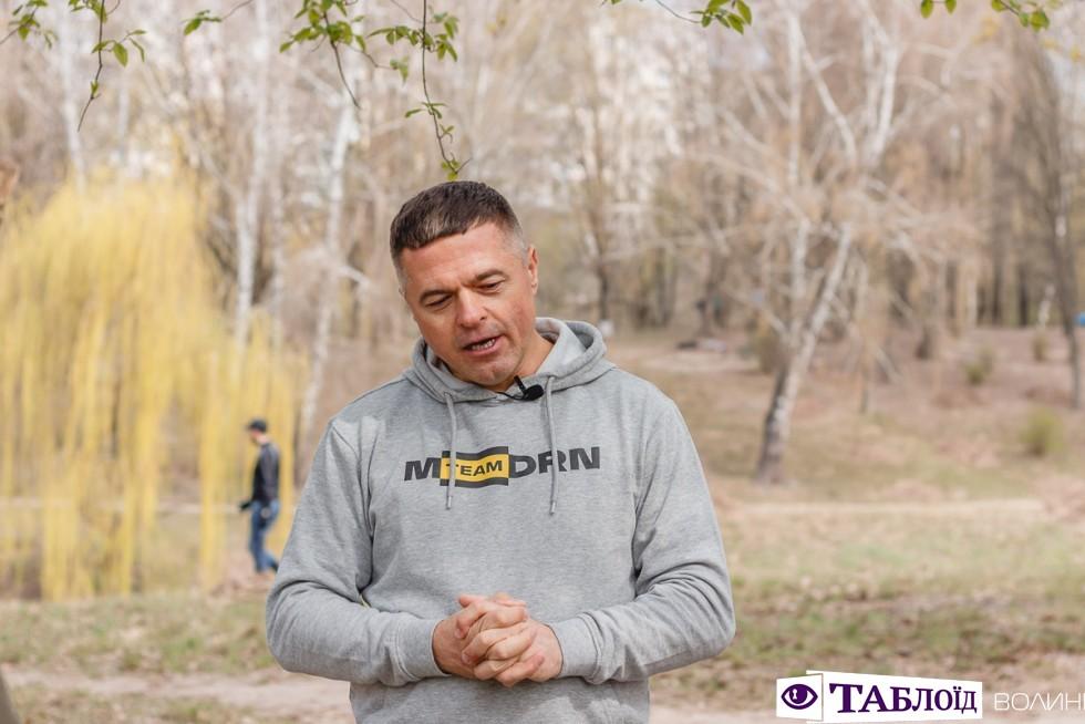 Генеральний директор Петро Пилипюк у світшоті з новим логотипом
