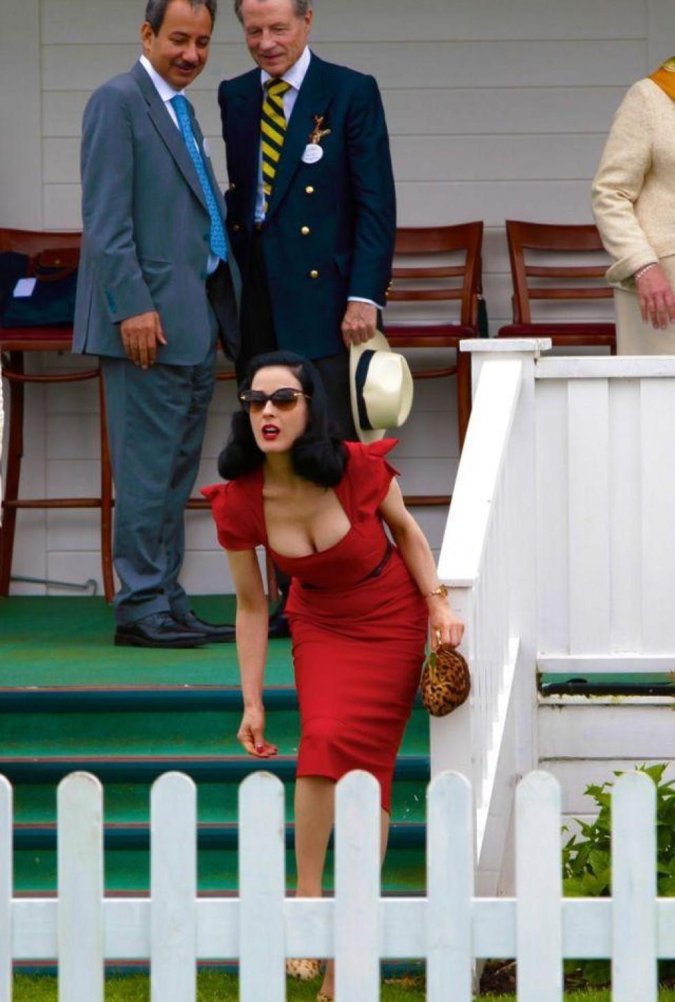 Яке красиве червоне плаття…