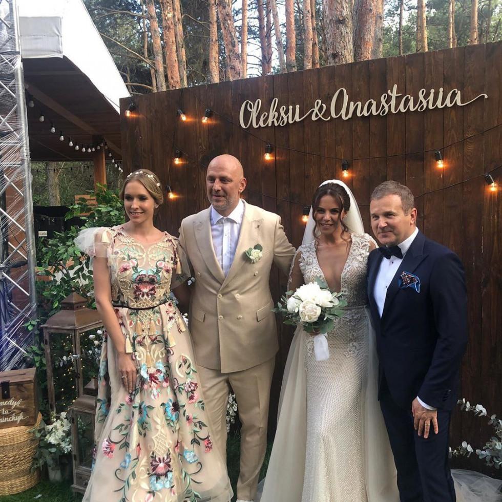Юрій Горбунов та Катя Осадча з молодятами
