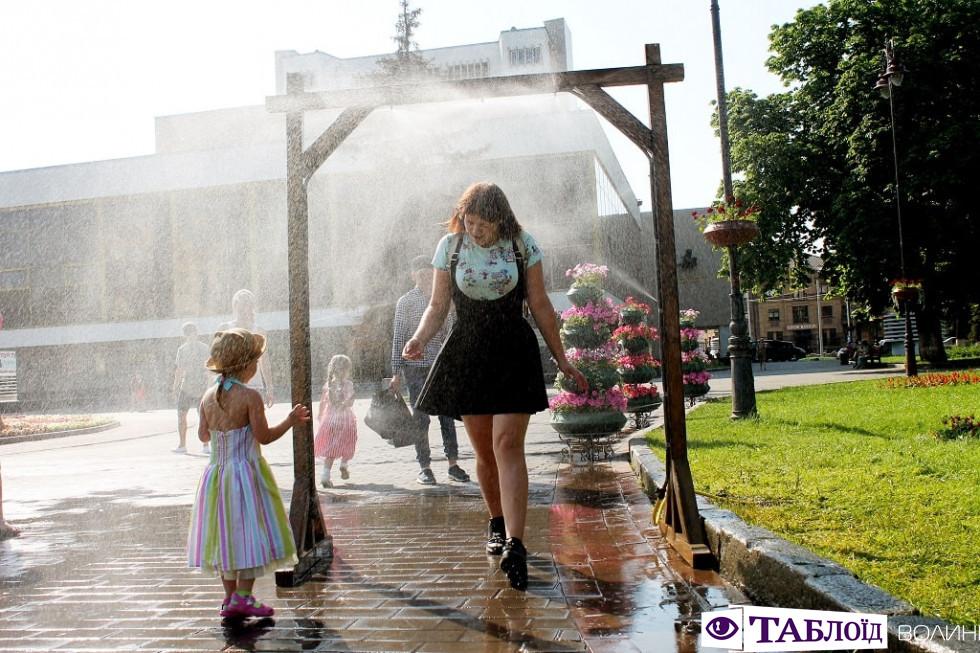 Спека в Луцьку: як містяни рятуються від палючого сонця