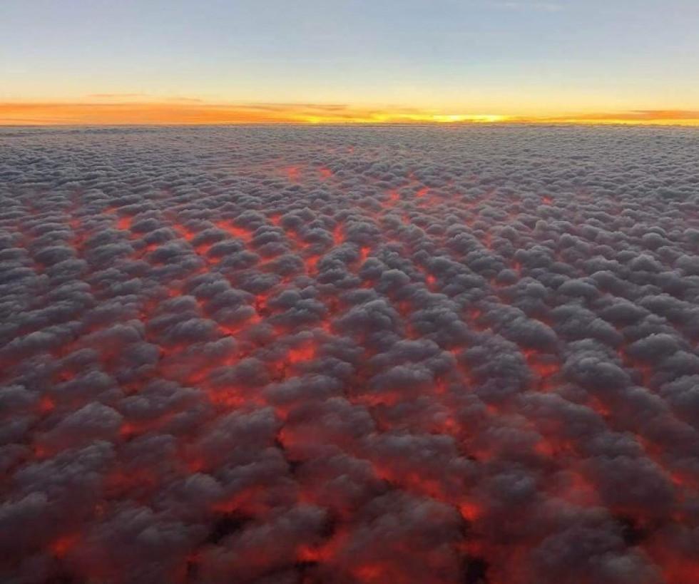 Захід сонця під хмарами подібний на лаву