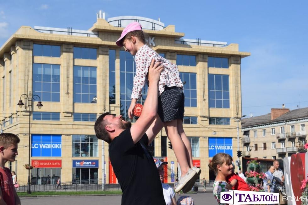 Як у центрі Луцька «флешмобили» на День батька