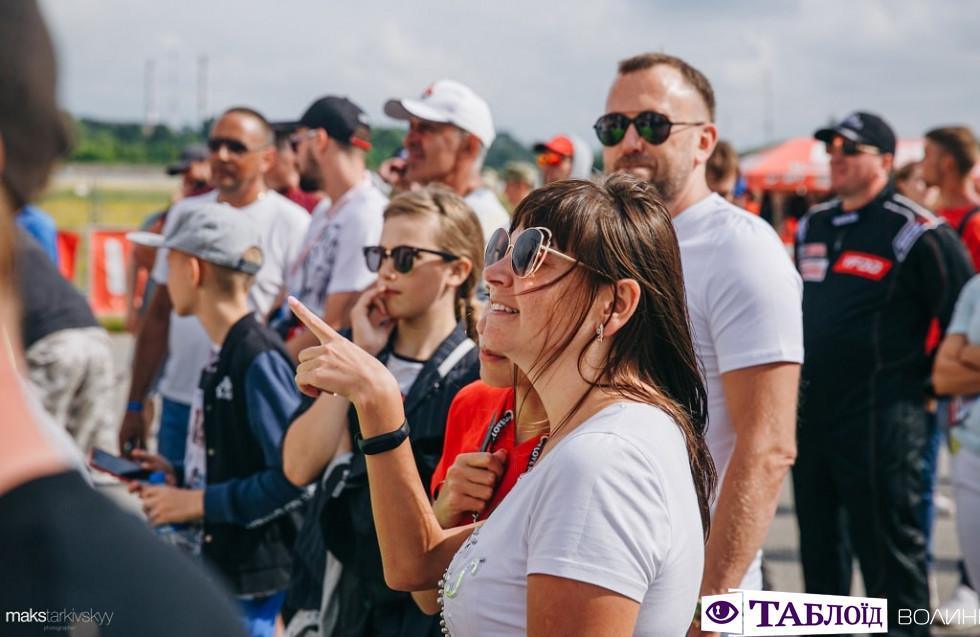 Красені та красуні дня: учасники та глядачі драйвових перегонів під Луцьком