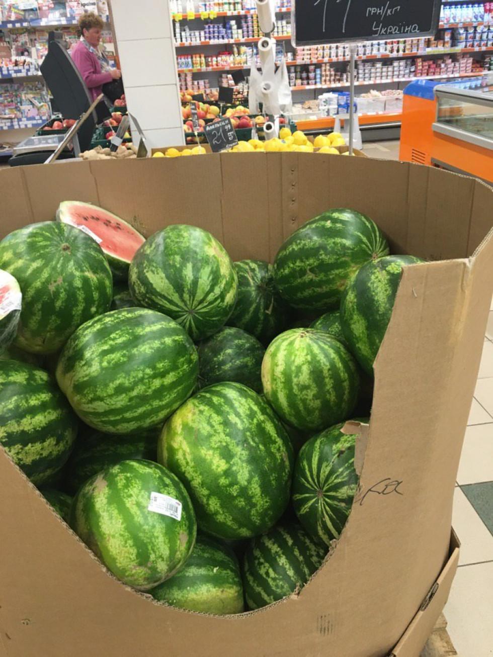 кавуни у супермаркеті «Сільпо»