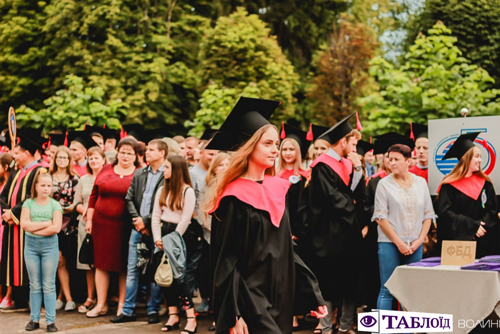 Красуні та красені дня: хто прийшов на вручення дипломів бакалавра в ЛНТУ