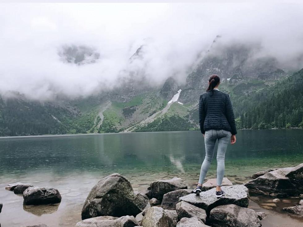 Ксенія Рубаха на фоні озера