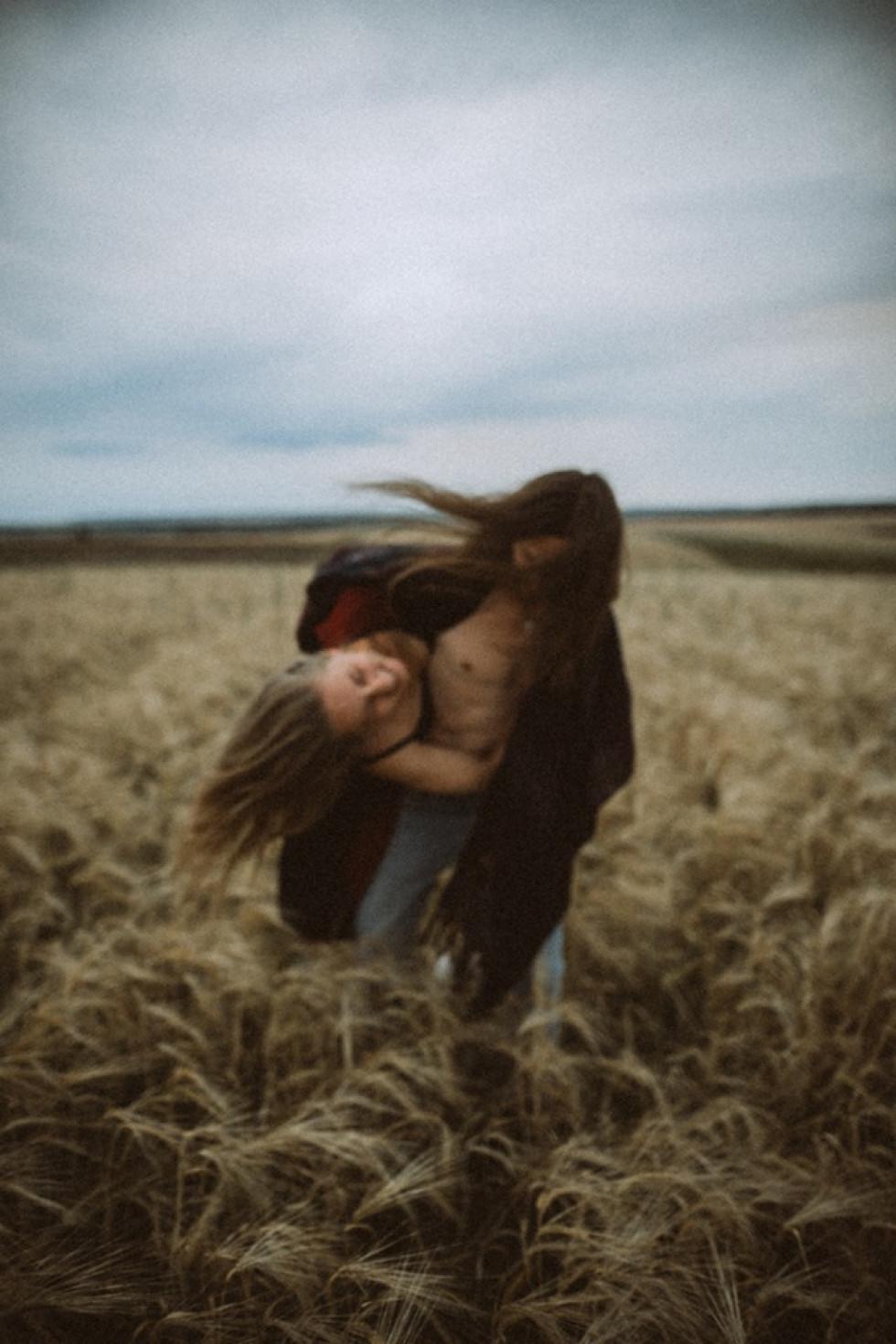 Луцький майстер еротичних світлин знявся у пікантній фотосесії з дружиною