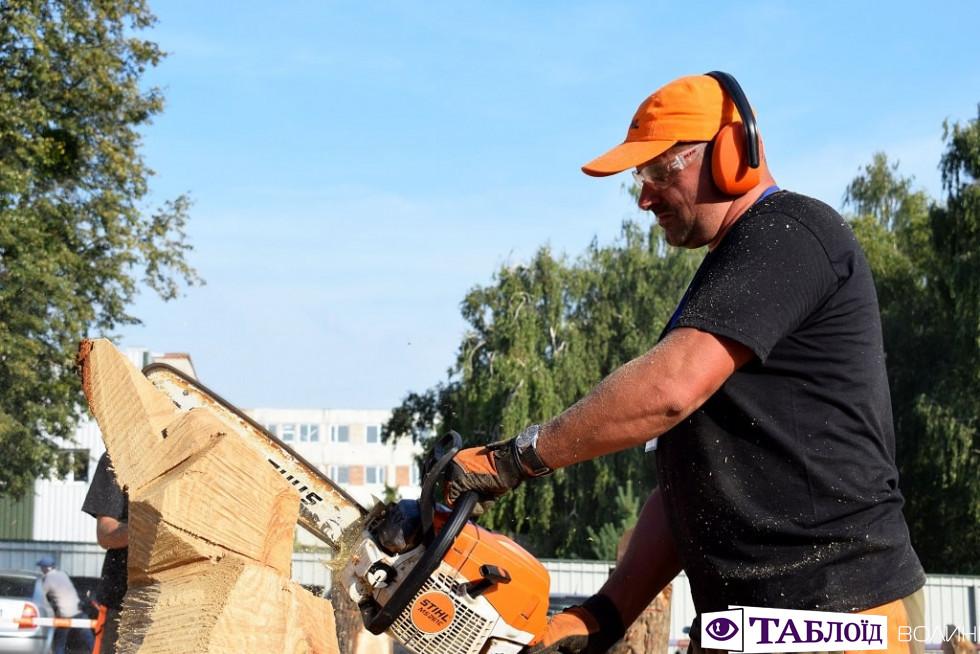 Красені дня: брутальні скульптори «Korsak carving festival»