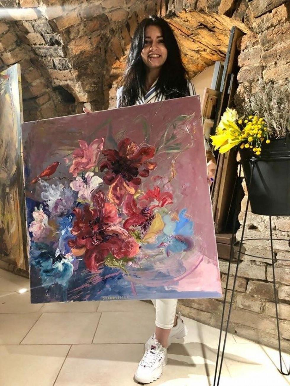 Художниця зі своєю картиною у власній галереї