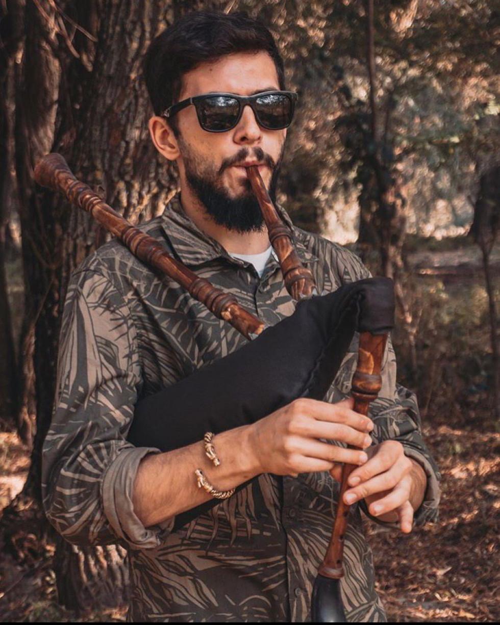 Дмитро Березюк – майстер, який не лише створює музичні інструменти, а й уміло грає на них
