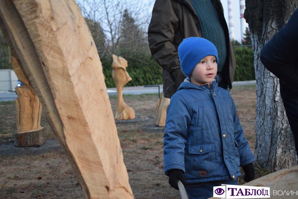 Палаючі химери, глінтвейн та вечірня екскурсія: у Луцьку відкрили Парк скульптур