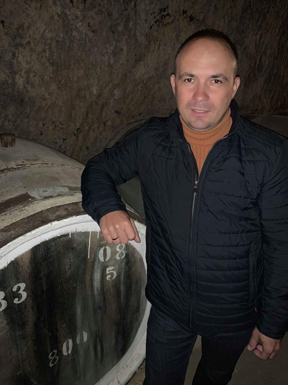 Роман Романюк і бочка з вином