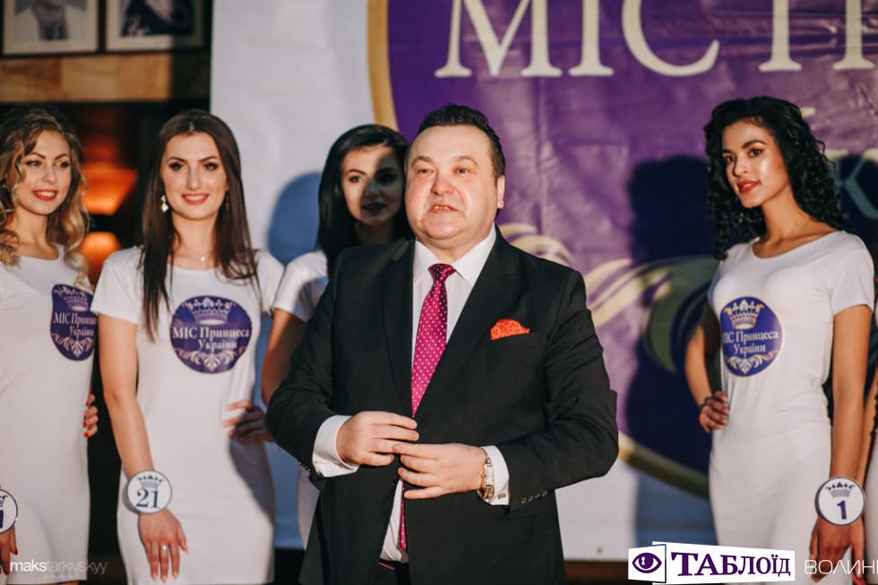 Олександр Главацький з учасницями конкурсу