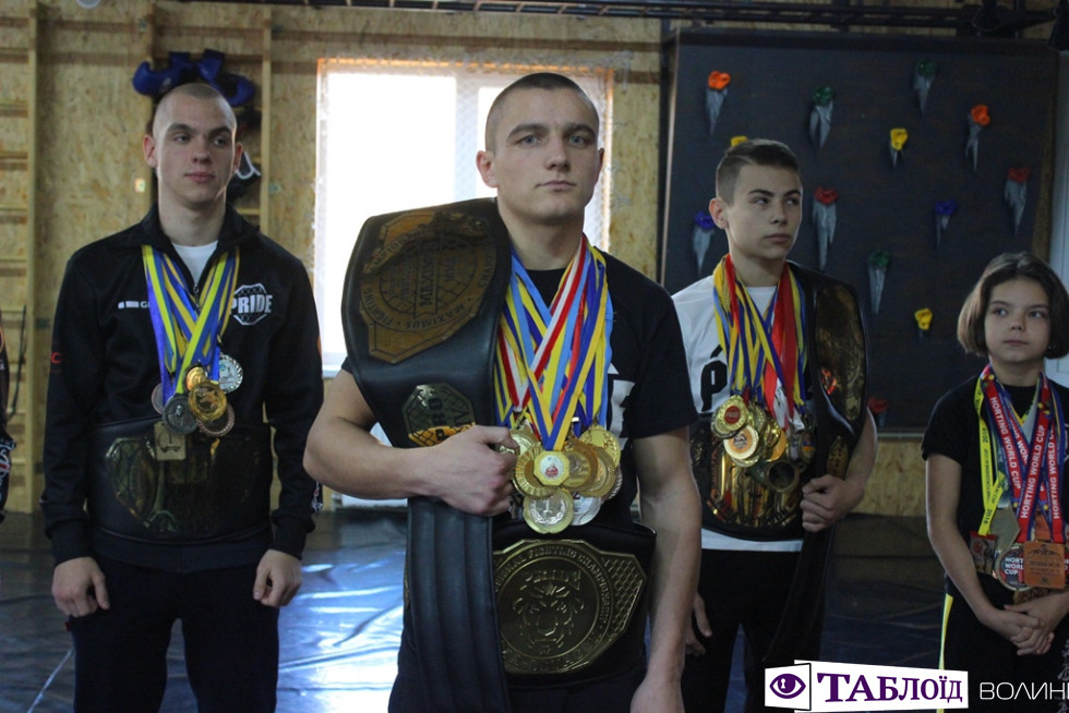 Пояси, медалі та подарунки: юних борців з Луцька відправили підкорювати світ