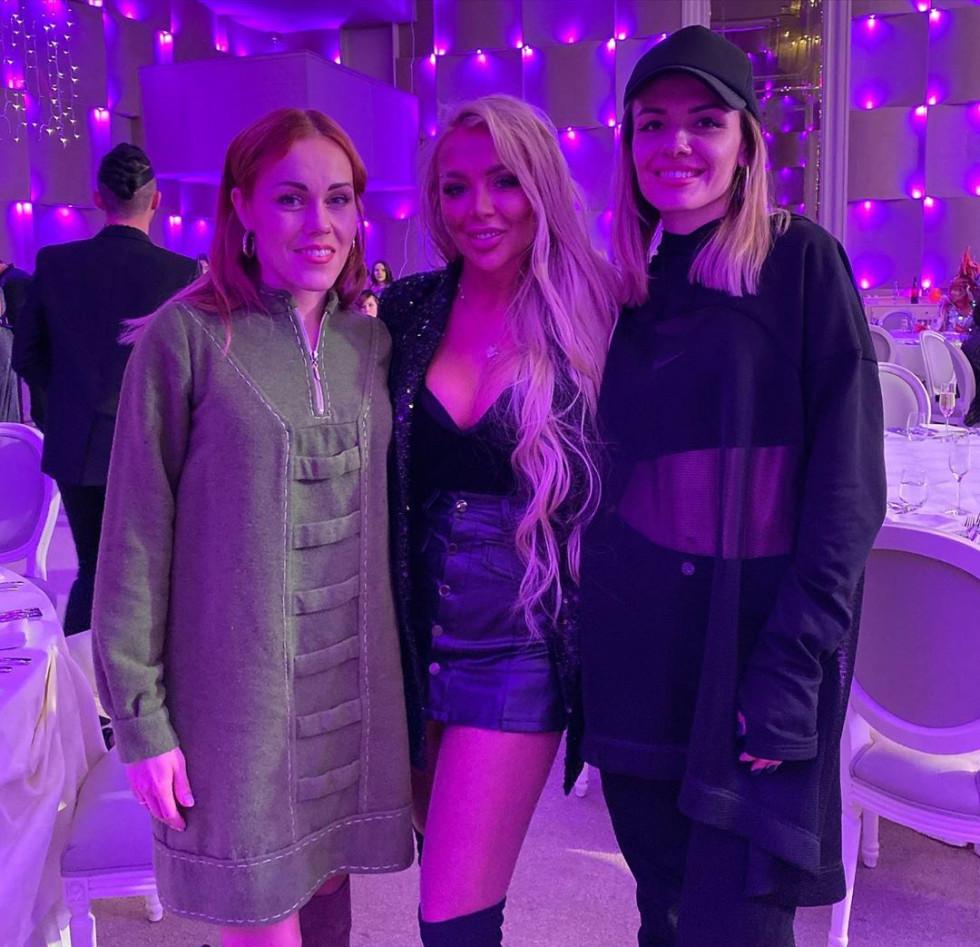 На фото співачка Альоша, Юліанна Дружиніна та MamaRica