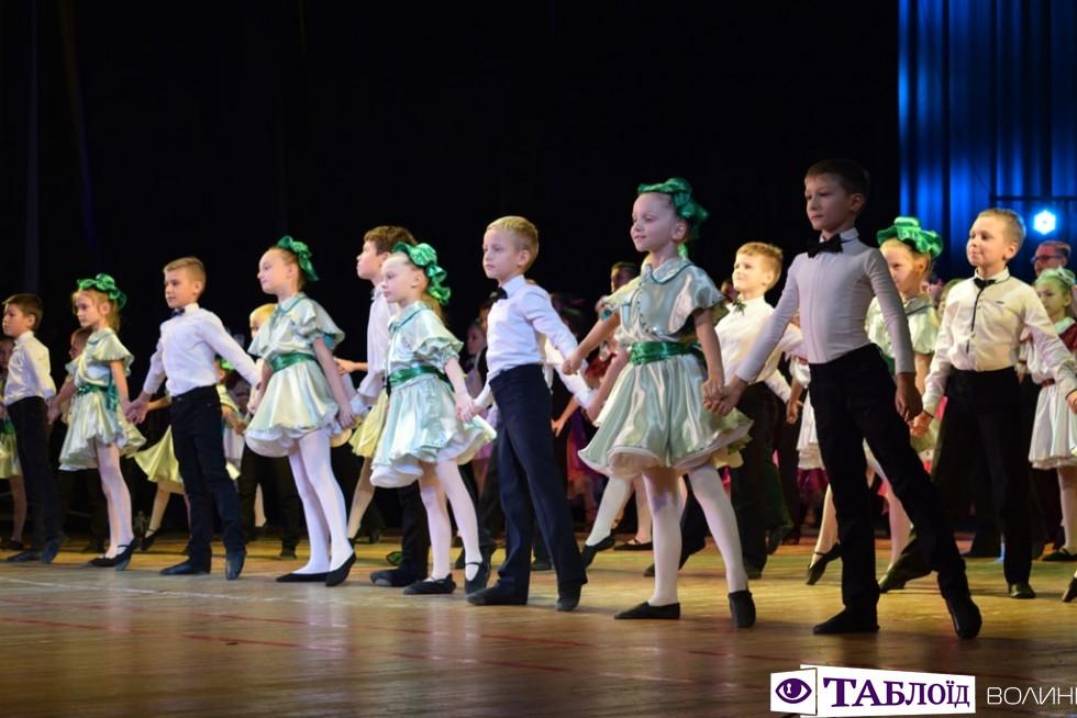 Квіти, танці й привітання: луцька гімназія відсвяткувала свій ювілей