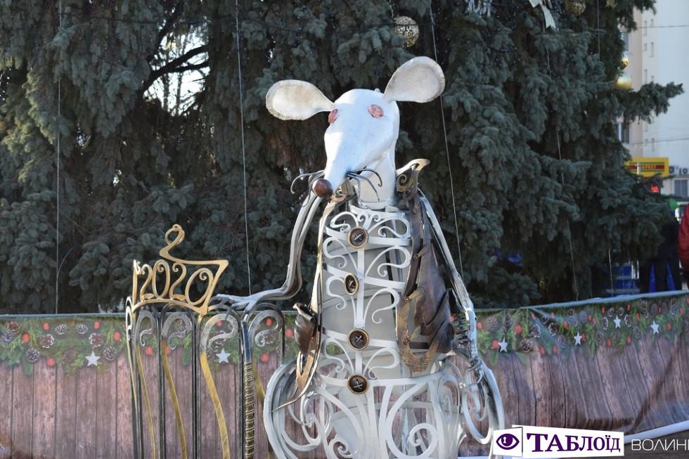 У центрі Луцька з'явилася велика біла миша