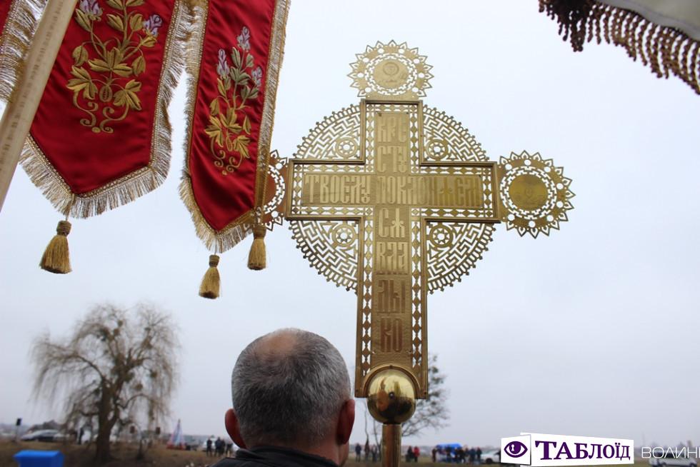 Козацькі залпи та Владика на моторному човні: як освячували воду у Луцьку