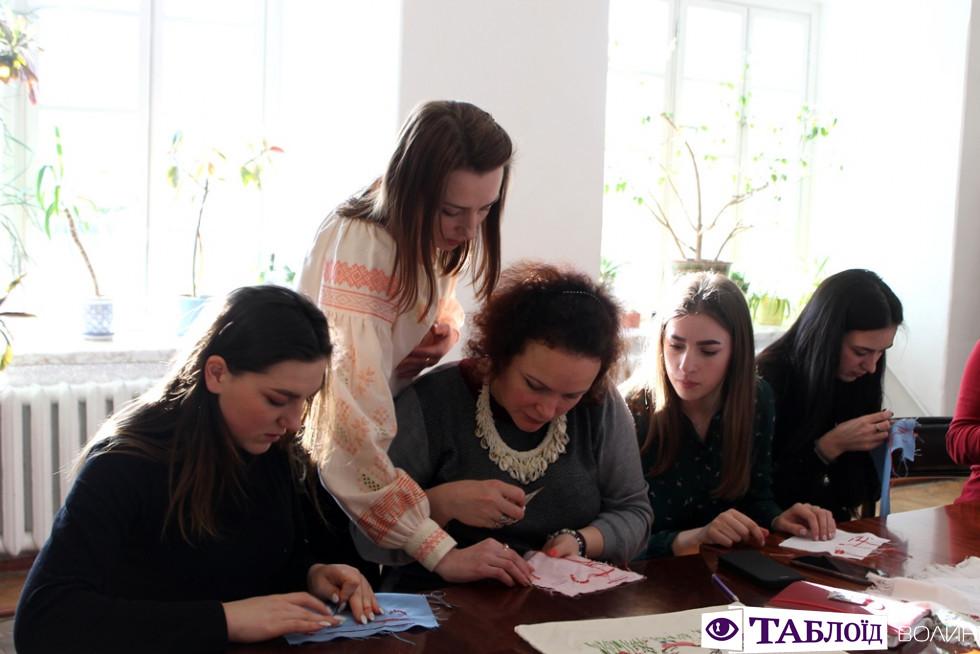 У Луцьку вчилися вишивати за схемами родини Лесі Українки