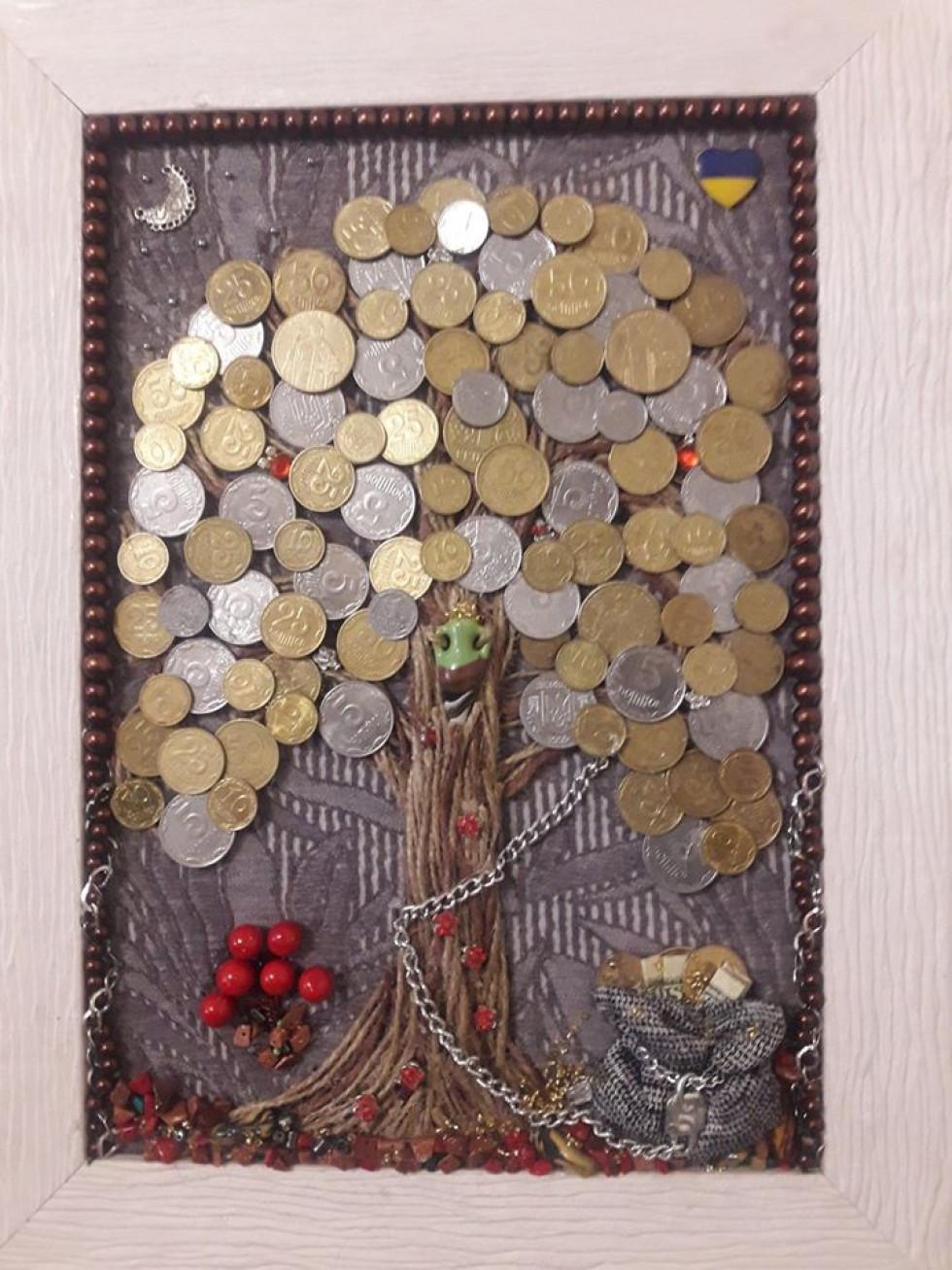 «Гламурненько»: волинська правозахисниця створила картину з копійок.