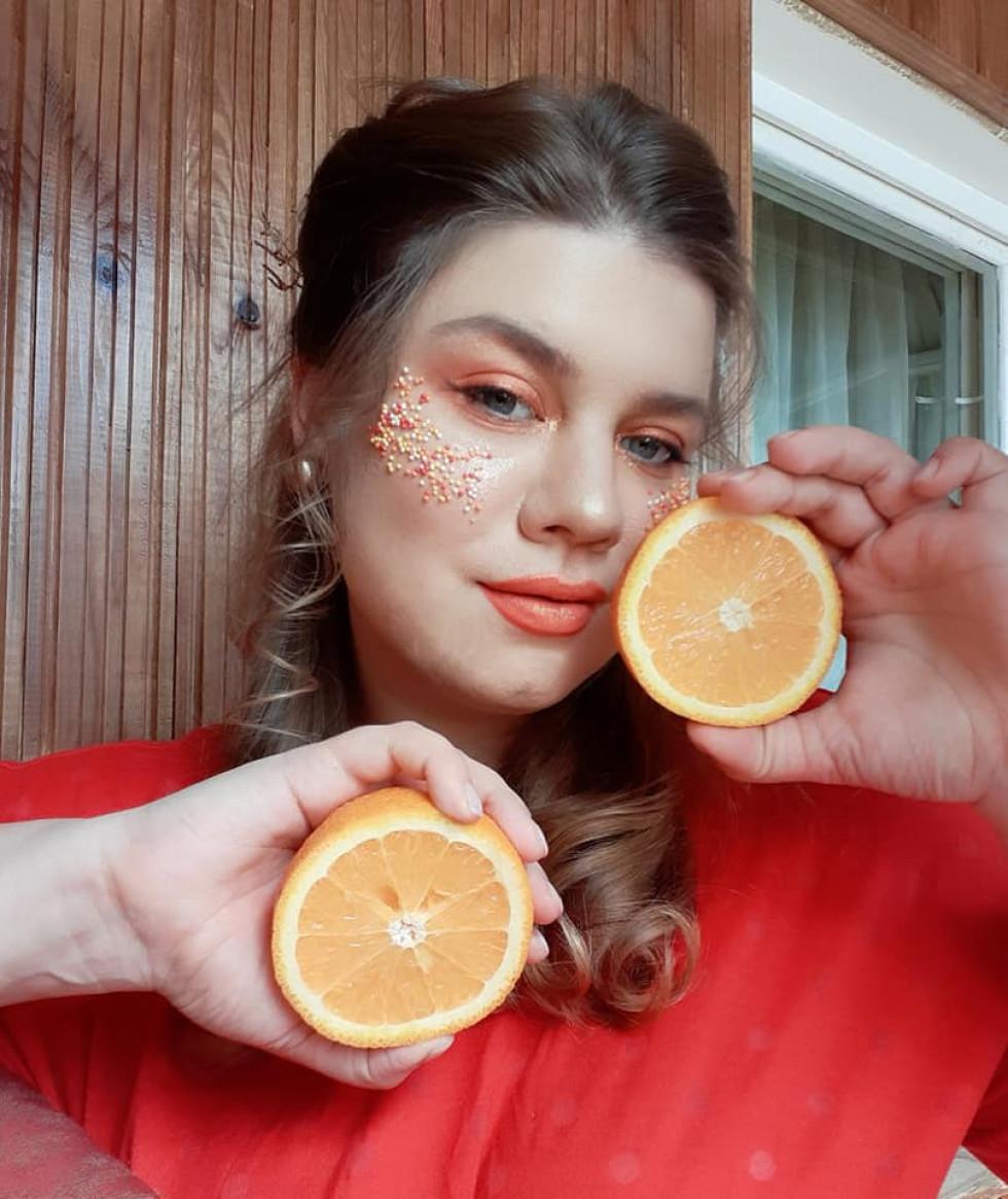 Апельсини та блискітки: волинська модель знялася в домашній фотосесії