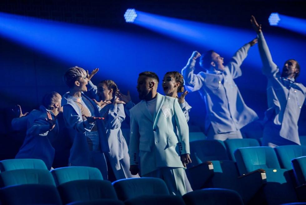 Зал без глядачів та епатажні костюми: лучанин влаштував шоу на сцені «Квартал 95»
