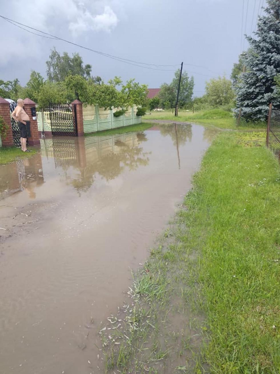 «Можна плавати на байдарках»: вулиця волинського містечка після дощу. ФОТО