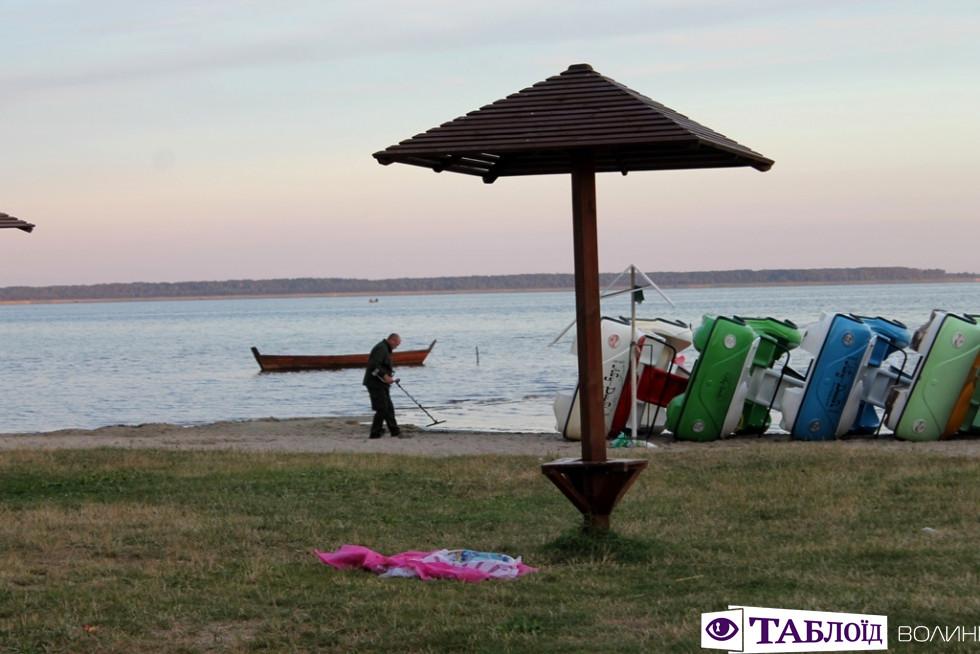 Човни, металошукачі та лелека: світанок на волинському озері. ФОТО