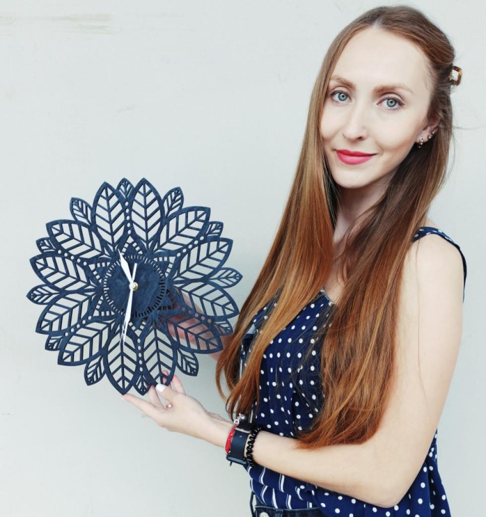 Олена Рублюк з дерев`яним годинником