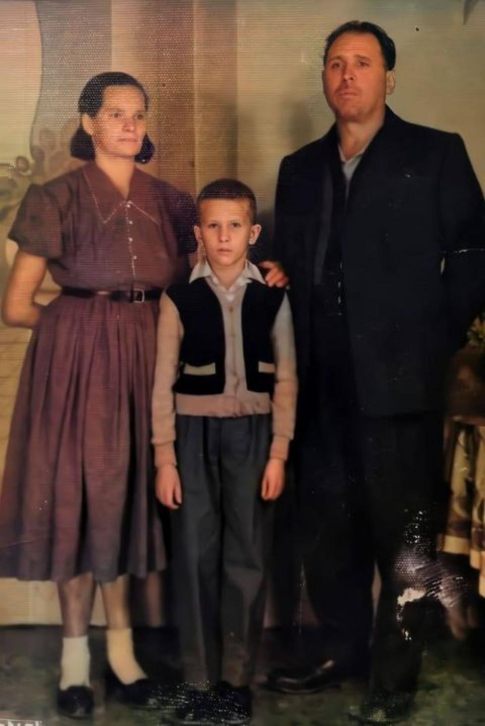 Його падідусь і бабуся та їх молодший син