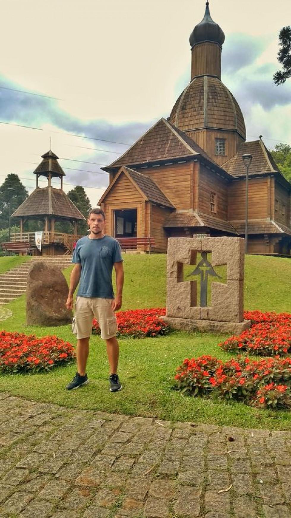 Андре біля меморіалу української імміграції. Тут, у Бразилії.