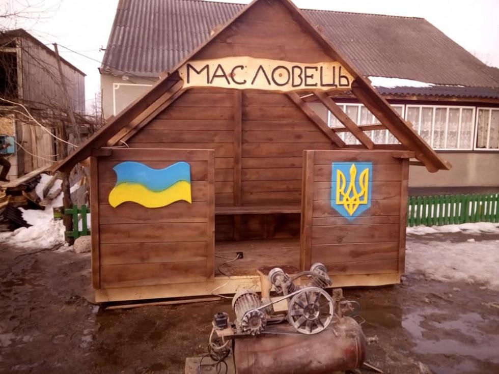 Жителі волинського села власноруч змайстрували зупинку